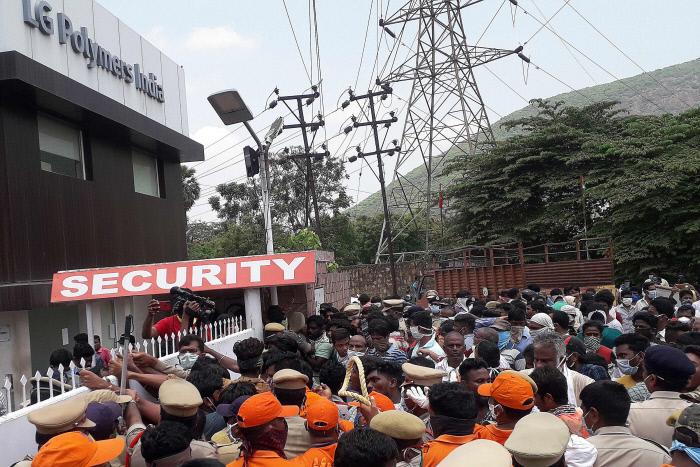 지난 9일 인도 안드라프라데시주 비사카파트남의 LG폴리머스인디아 앞에서 주민들이 시위를 벌이고 있다. AFP연합뉴스