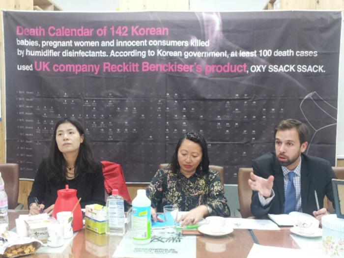 유엔인권이사회 소속 바스쿠트 툰작 유엔특별보고관이 2015년 10월17일 서울 대학로 환경보건시민센터에서 가습기살균제 피해자의 피해내용 발언을 듣고 질문하고 있다. 환경보건시민센터 제공.