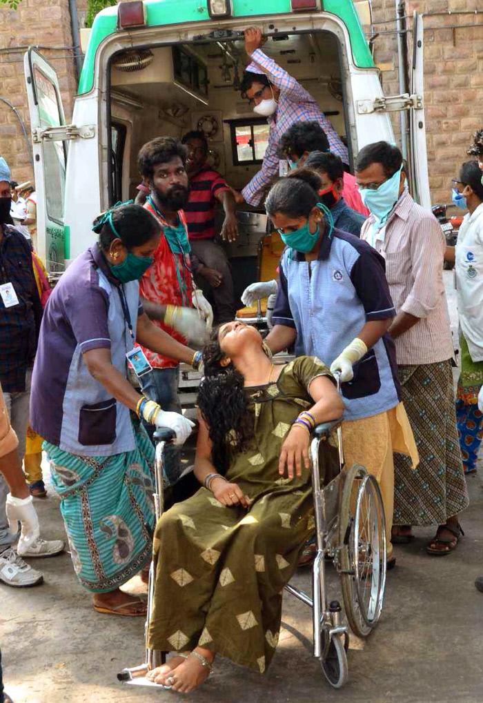 인도 의료진이 지난 8일 인도 남부 비사카파트남의 LG폴리머스인디아 공장에서 일어난 유해화학물질 누출 사고의 피해자를 이송하고 있다. EPA연합뉴스