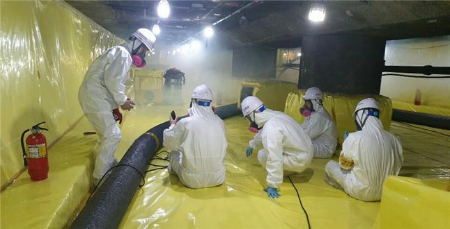 연기를 통해 석면 작업장의 밀폐 및 음압 상태를 확인하는 모습 <사진=서울시