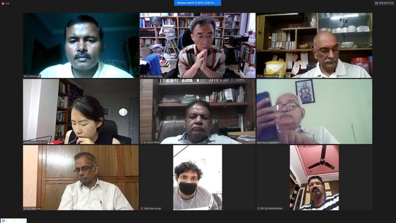 LG화학 인도공장 사고와 관련한 국제 온라인 토론회가 11일 열렸다. 백도명 서울대 교수(윗줄 가운데)를 비롯해 피해자 5명, 의학전문가 5명 등 패널과 언론사 등 총 40여명이 토론회에 참여했다