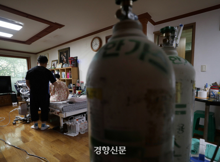 이마트 이플러스 가습기 살균제 사용 이후 13년 투병 끝에 숨진 박영숙씨(오른쪽)와 박씨를 간호하던 남편 김태종씨. | 강윤중 기자